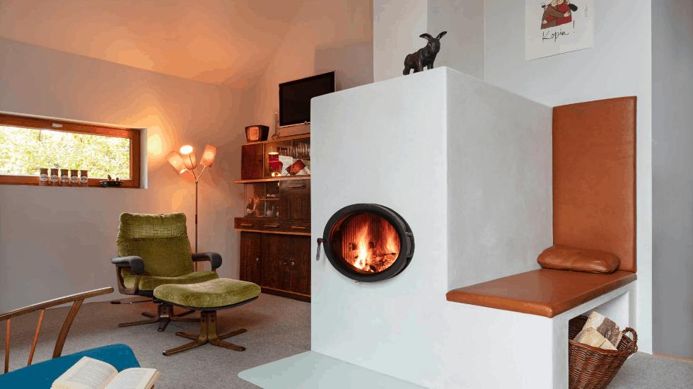 Fugenlose Oberfläche für die Ofenbank | Malerbetrieb Ingo Häusler Heilbronn